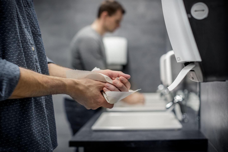 Aftørring af hænder med papir eller håndtørrer - hvad er bedst?